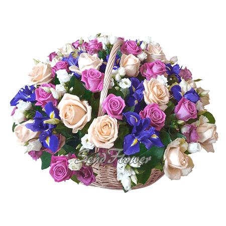 Корзина с розами, ирисами и лизиантусами