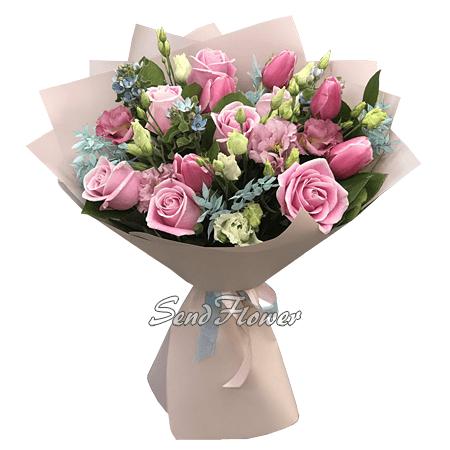 Букет из роз, тюльпанов и лизиантусов.
