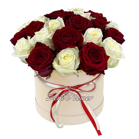 Красные и белые розы в шляпной коробке