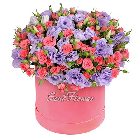 Лизиантусы и кустовые розы в шляпной коробке