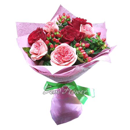 Букет из роз и гиперикума