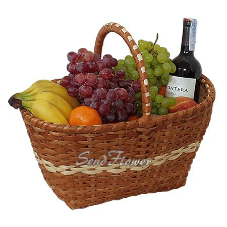 Корзина с фруктами и вином
